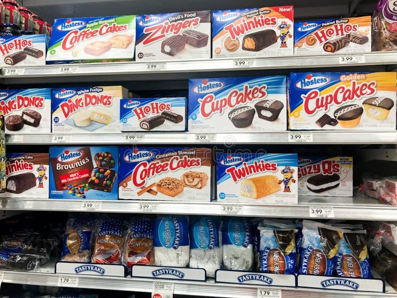Hôtesse Desserts à une épicerie photo stock