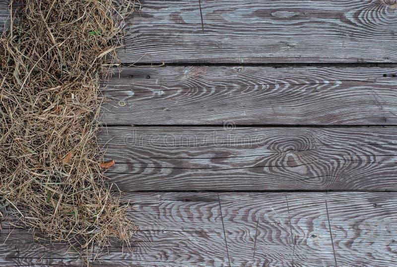 Hö på den bruna åldriga träbrädebakgrunden arkivfoton