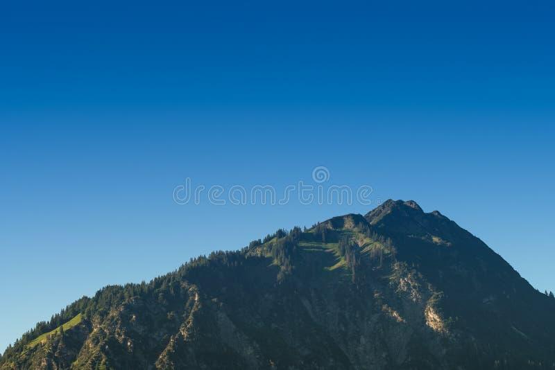 Höchst-Himmelschroffen mit blauem Himmel stockbilder