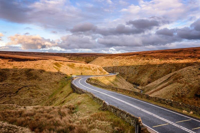 Höchstbezirk Großbritannien der kurvenreichen Straße lizenzfreie stockbilder