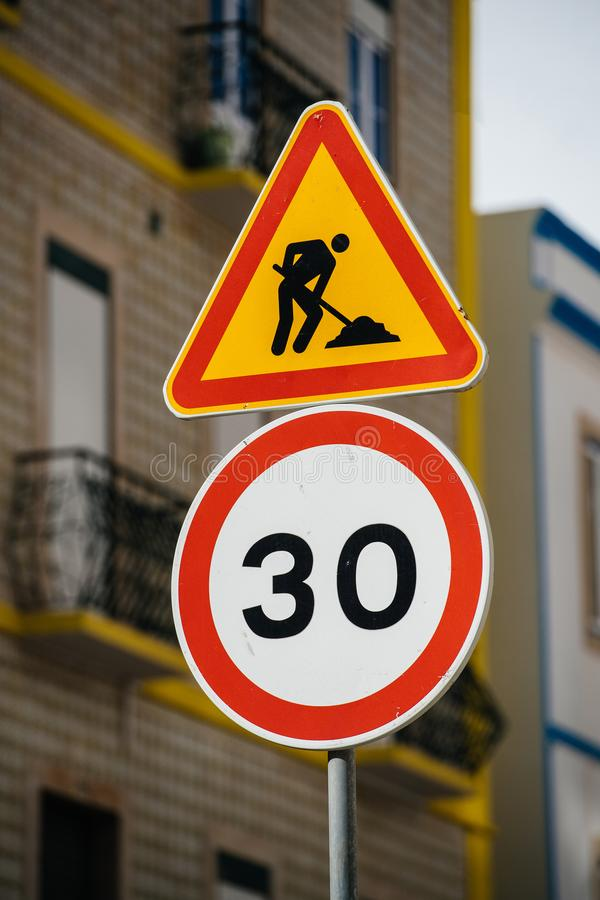 Höchstgeschwindigkeit Signage auf Straße in der Stadt lizenzfreie stockfotografie