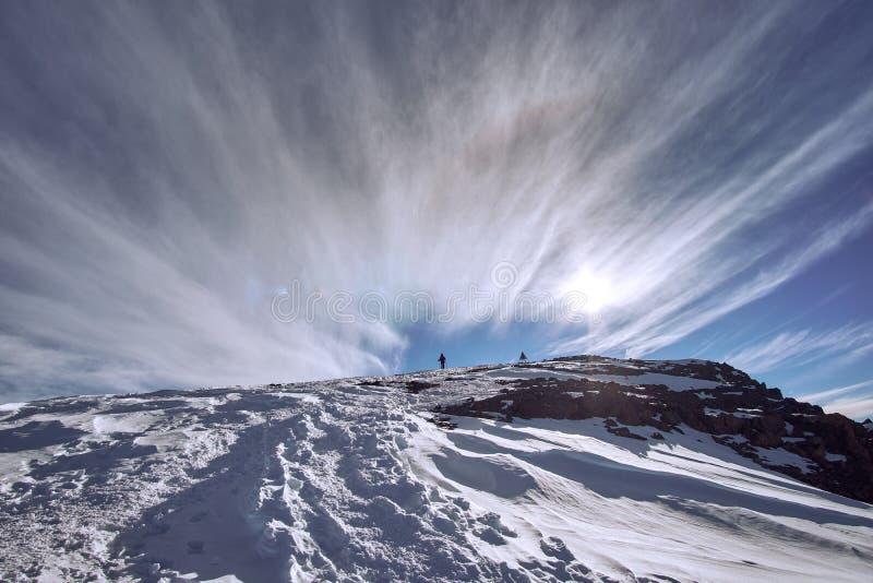 Höchstpyramide von Berg Jebel Toubkal im Abstand lizenzfreie stockfotos