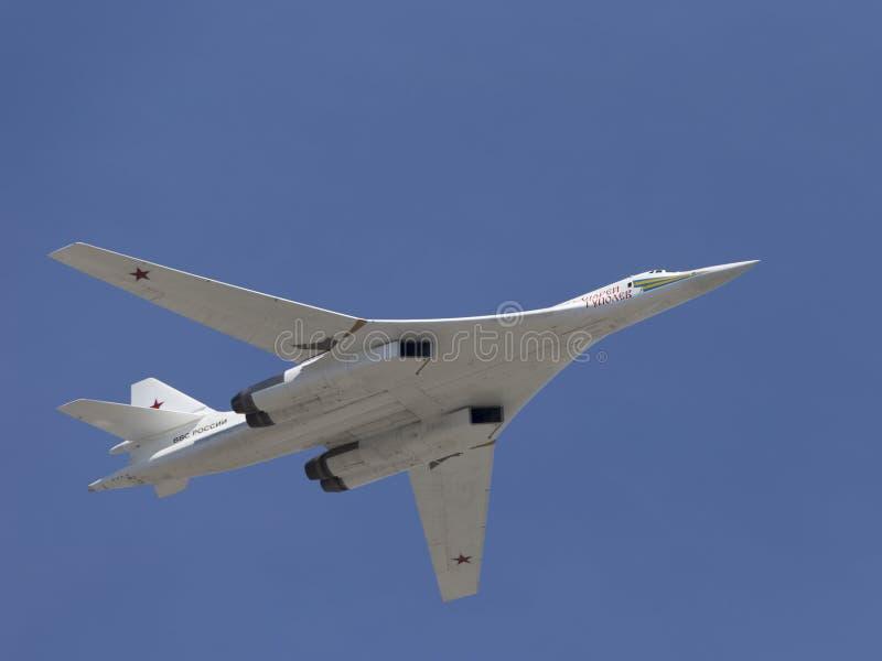 Höckerschwan Tu-160 im Flug lizenzfreie stockfotografie