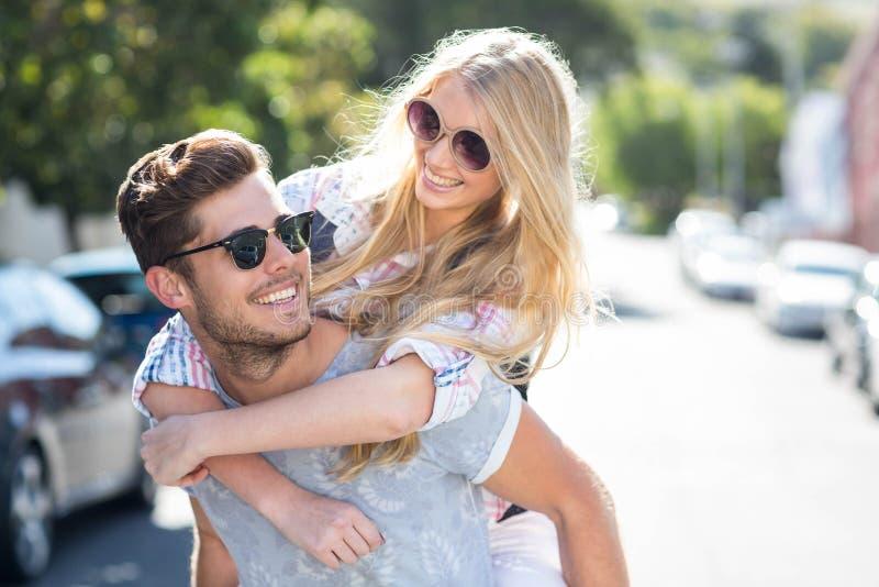 Höftman som på ryggen ger sig till hans flickvän arkivfoton