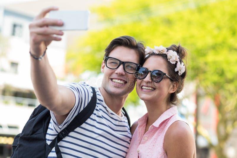 Höftpar som tar selfie arkivfoton