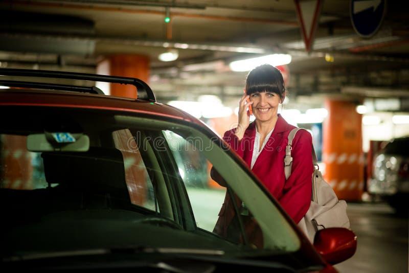 Hög affärskvinna på telefonen royaltyfria bilder