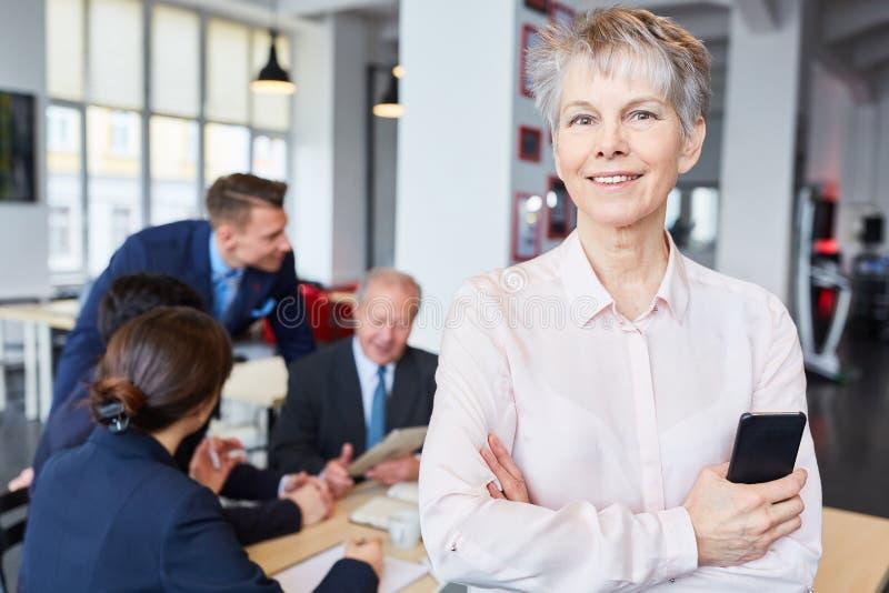 Hög affärskvinna som chef arkivbilder