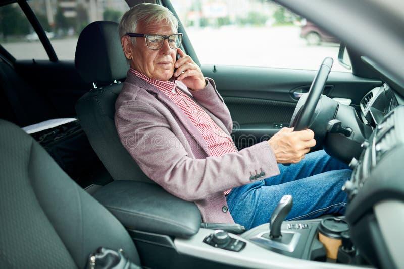 Hög affärsman i bil royaltyfri foto