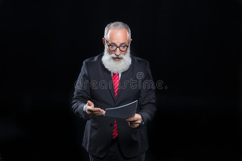 Hög affärsman i glasögon arkivfoto
