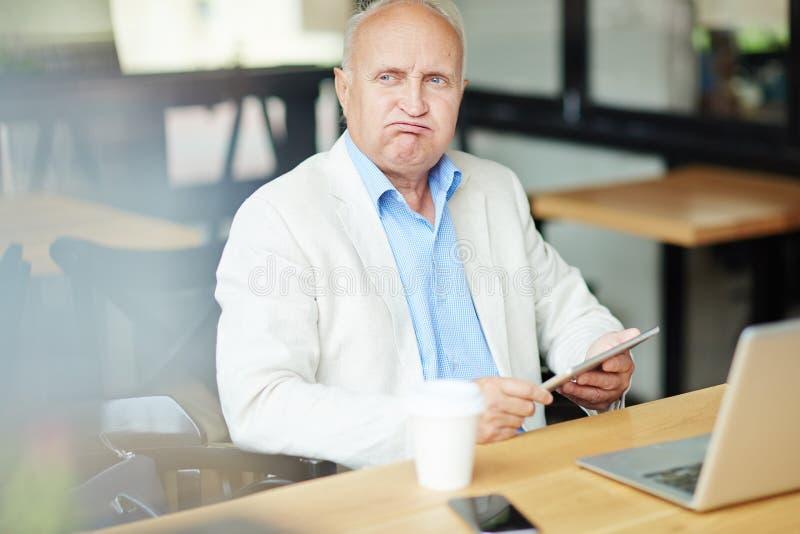 Hög affärsman i kafé arkivbild