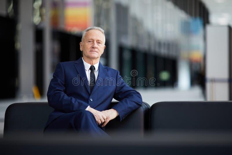 Hög affärsman i lobby arkivfoton