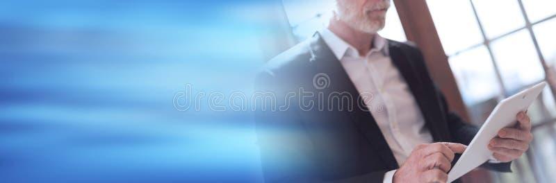 Hög affärsman med minnestavlan, hård ljus effekt panorama- baner arkivfoton