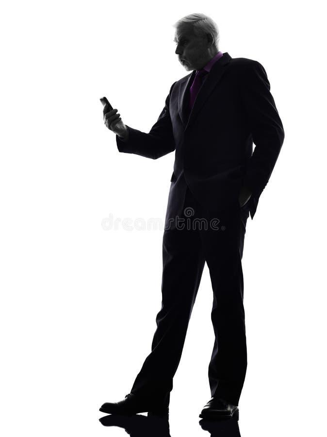 Hög affärsman på den ilskna konturn för telefon royaltyfri bild