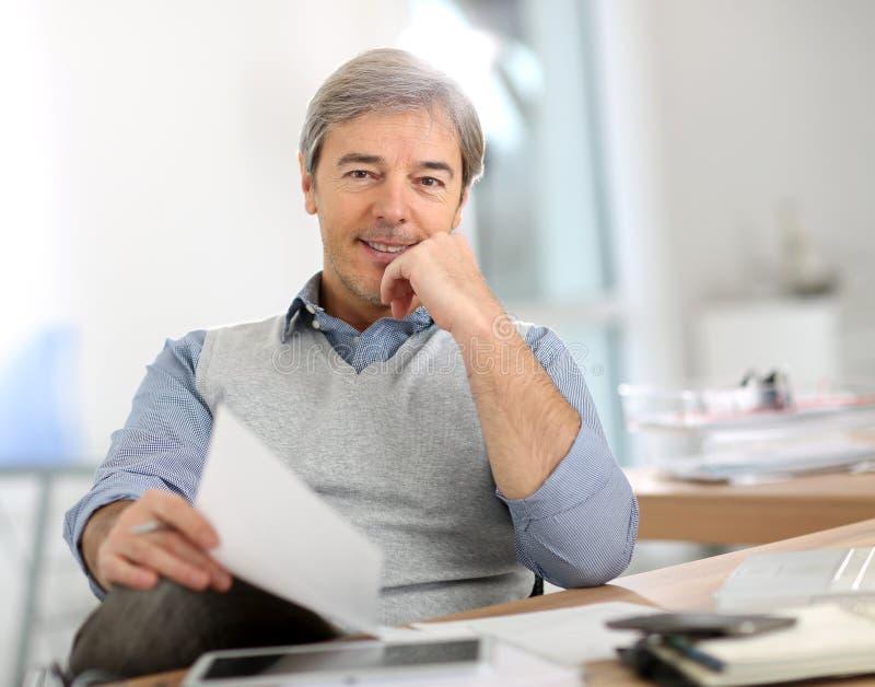 Hög affärsman på kontoret arkivfoto