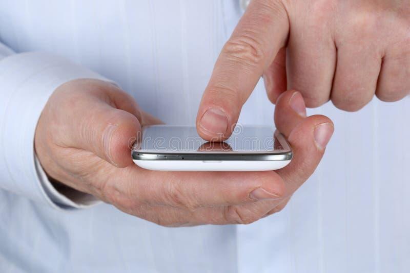 Hög affärsman som använder en smartphone royaltyfri fotografi