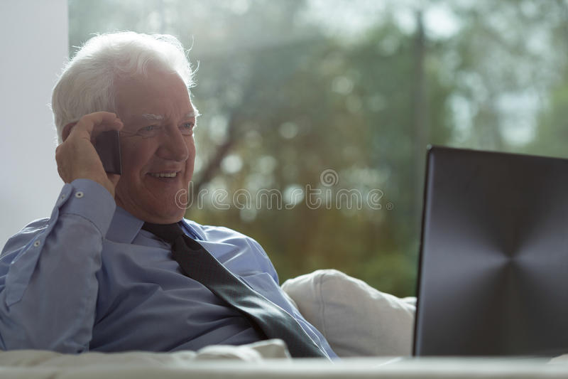 Hög affärsman som arbetar på en bärbar dator arkivfoto