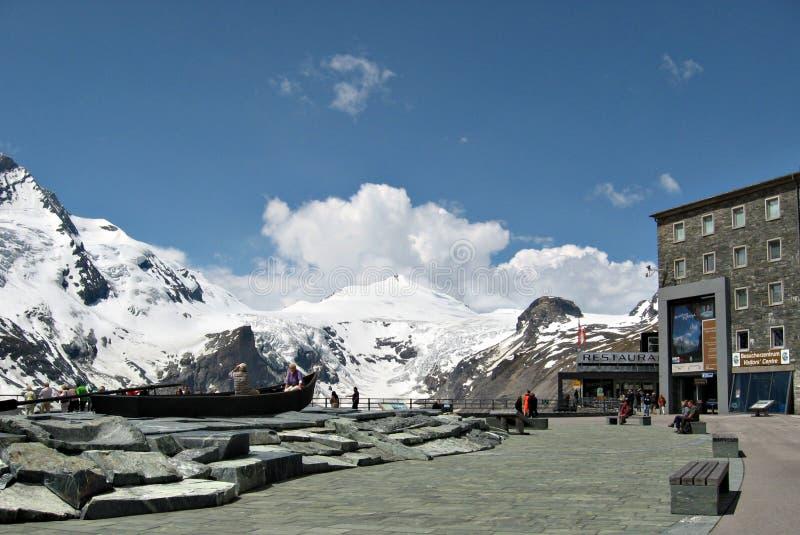 Hög alpin väg, Österrike, i sommar arkivfoto