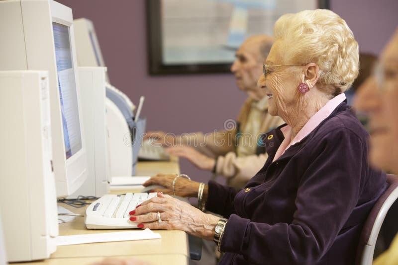 hög användande kvinna för dator arkivfoto