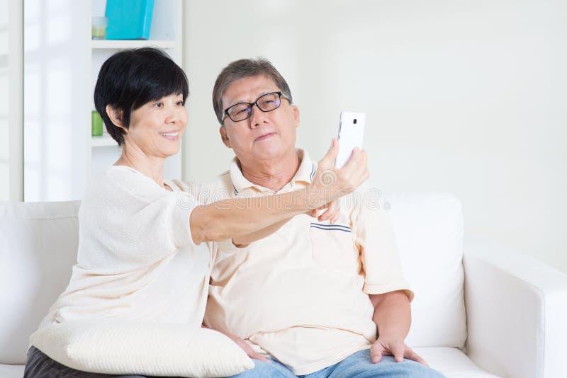 Hög användande smart telefondanandeselfie royaltyfria foton