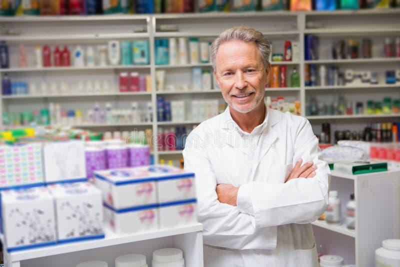 Hög apotekare som ler på kameran fotografering för bildbyråer