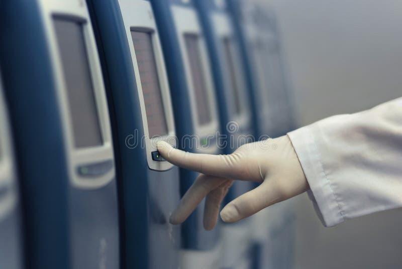 hög apparatdiagnostik - tech vitro royaltyfria foton