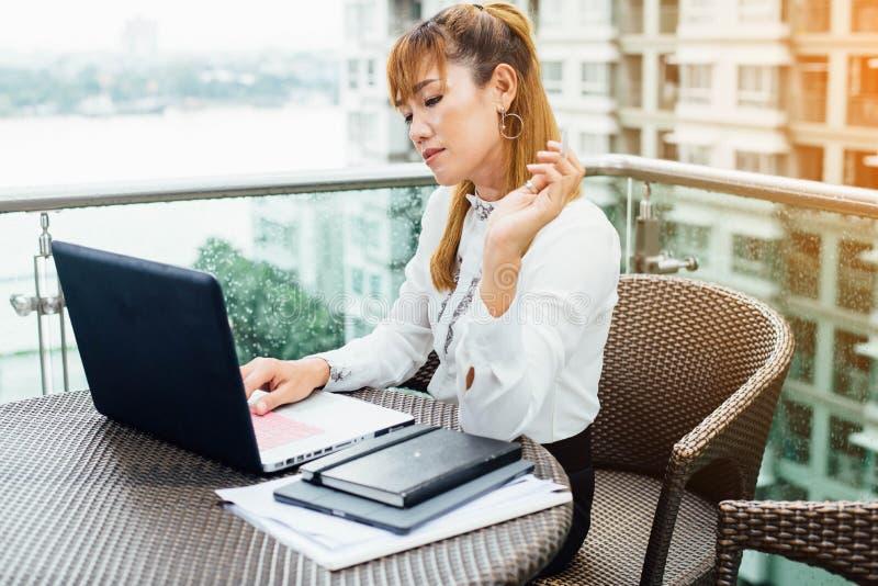 Hög asiatisk affärskvinna som arbetar i modernt kontor royaltyfria bilder