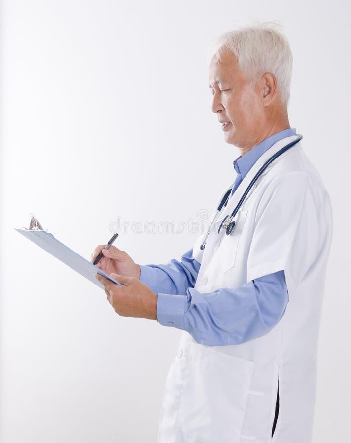 Hög asiatisk handstilrapport för medicinsk doktor arkivbild