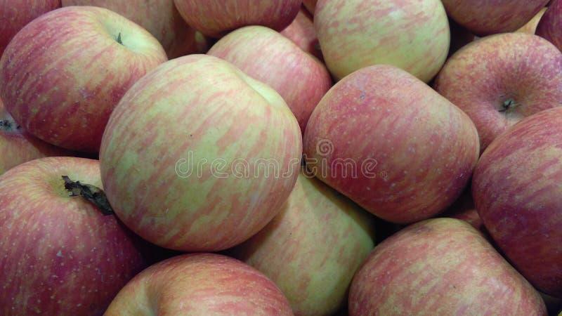 Hög av äpplen på en bondemarknad royaltyfri foto