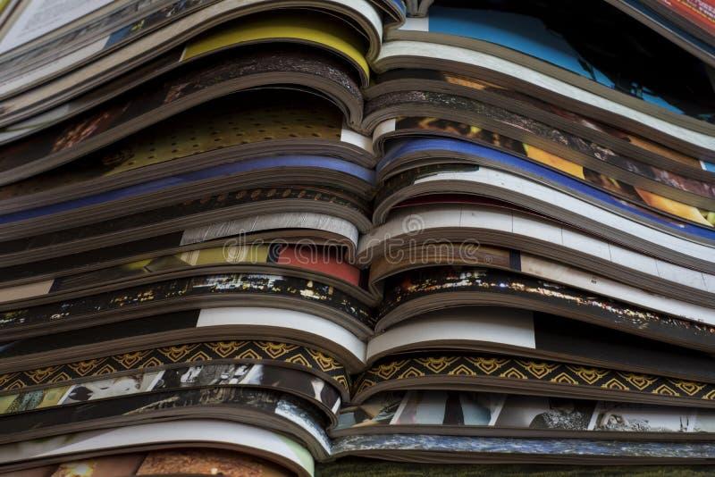 Hög av öppna tidskrifter utan texter som ses från sidan royaltyfri foto