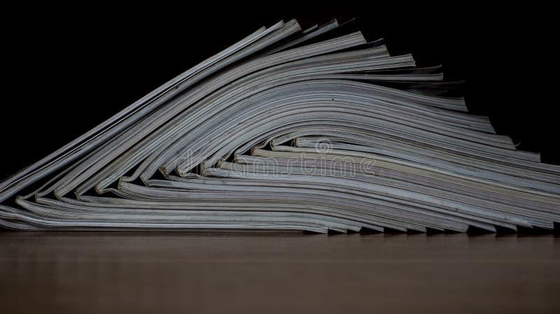 Hög av öppna tidskrifter utan texter som ses från sidan arkivfoton