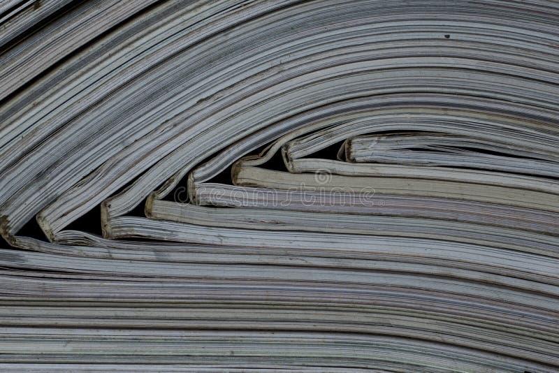 Hög av öppna tidskrifter utan texter som ses från sidan royaltyfri fotografi