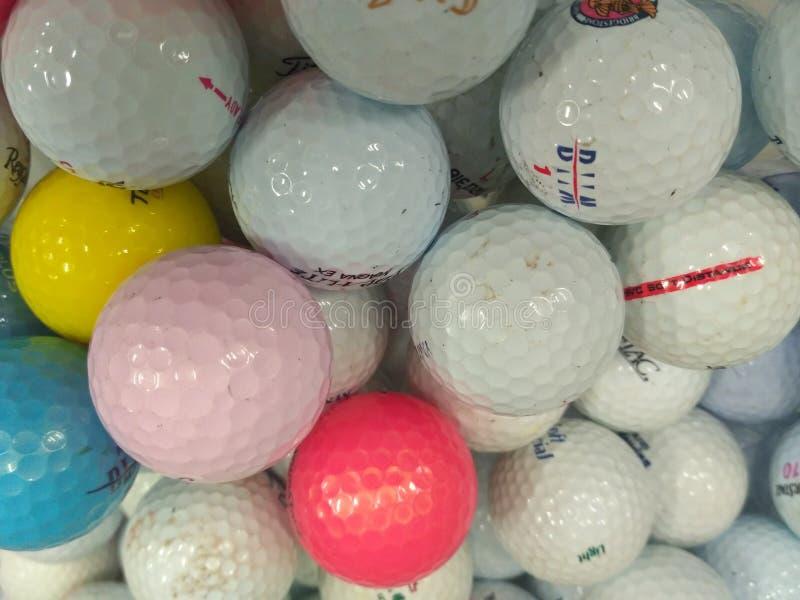 Hög av använd golfboll royaltyfri fotografi