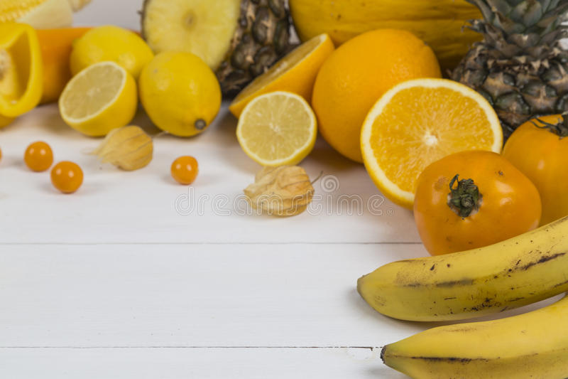 Hög av apelsinen och gulingfrukt royaltyfri fotografi
