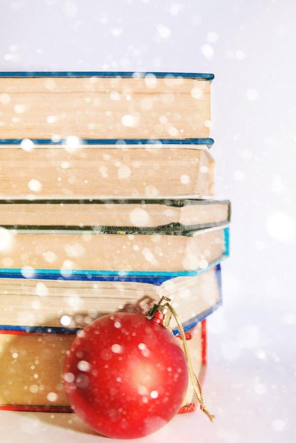Hög av böcker och den röda bollen för nytt år arkivbilder