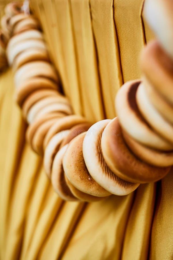 Hög av baglar som hänger på en repnärbild royaltyfria foton
