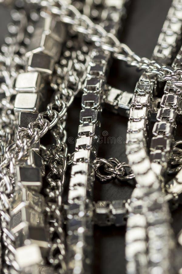 Hög av blandade silverkedjor arkivfoton