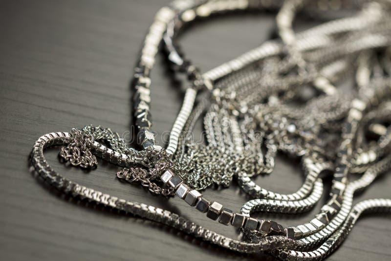 Hög av blandade silverkedjor arkivbild