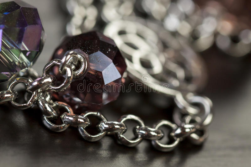 Hög av blandade silverkedjor royaltyfri fotografi