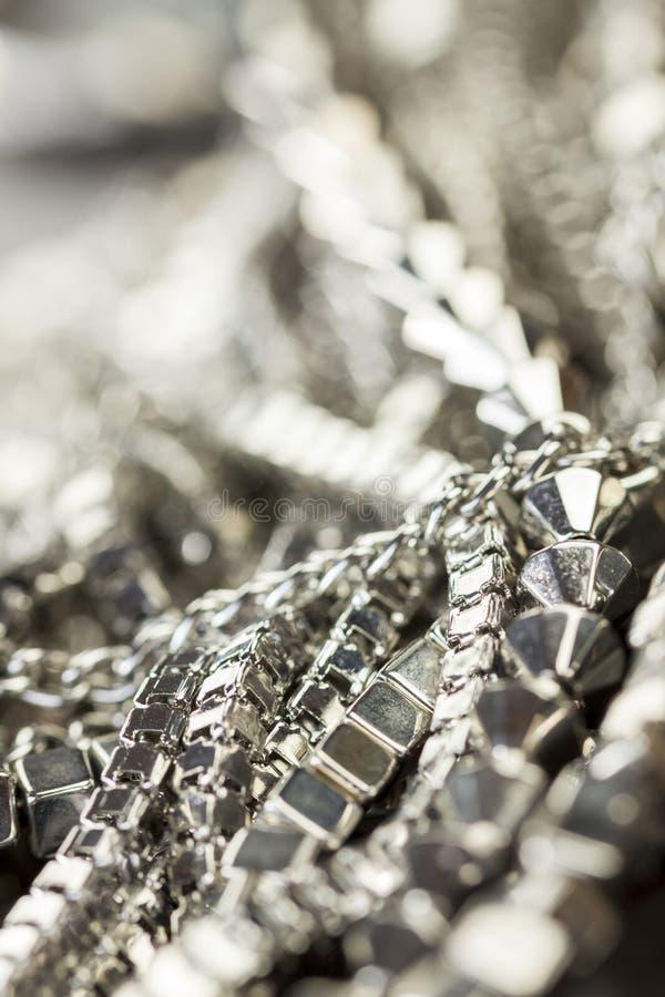 Hög av blandade silverkedjor fotografering för bildbyråer