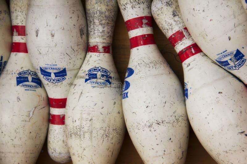 Hög av bowlingben som är till salu på en loppmarknad arkivbild