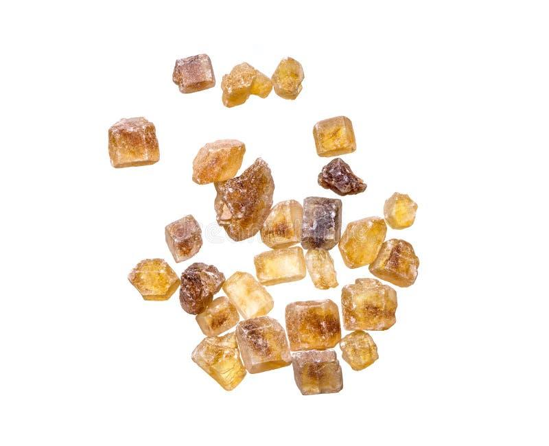Hög av brunt rottingsocker i kristaller som isoleras över vit arkivbild