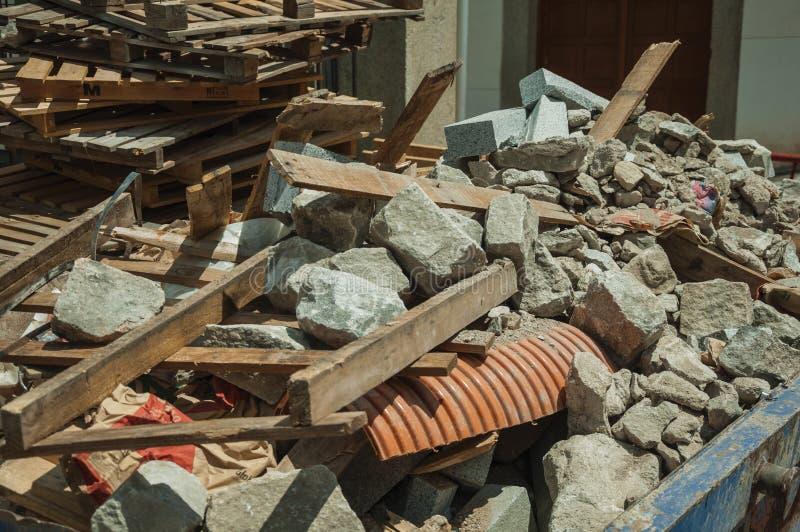 Hög av byggande spillror i en konstruktionsplats på Avila arkivfoto