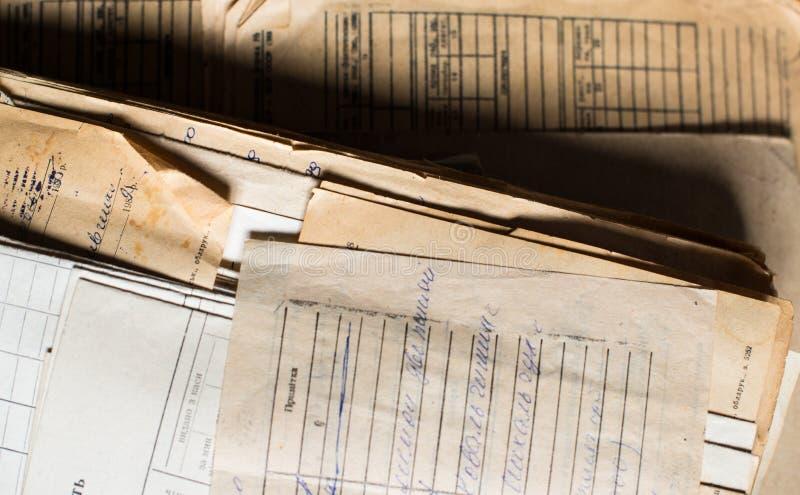 Hög av de gamla pappers- dokumenten i arkivet royaltyfri bild