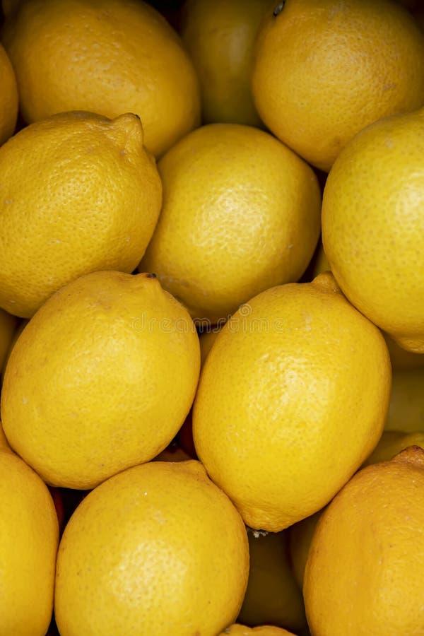 Hög av den bästa sikten för gul mogen citronnärbild fotografering för bildbyråer