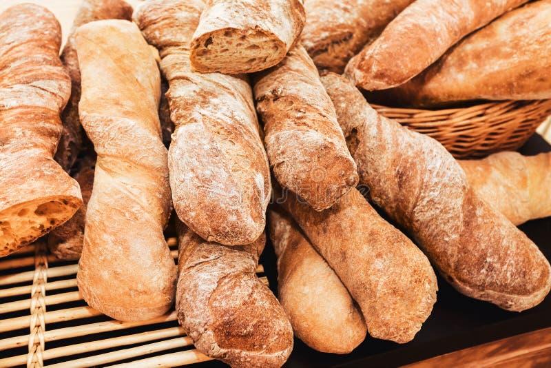 Hög av den franska bagetten arkivbild