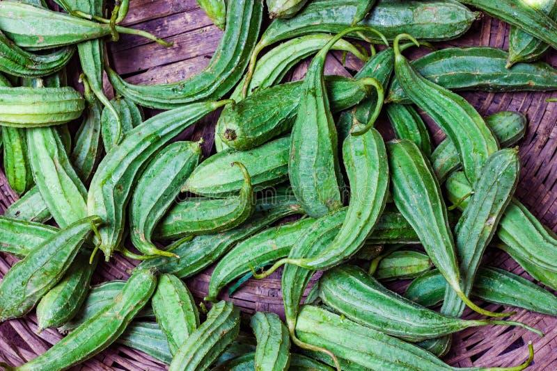 Hög av den gröna kantkalebassjhingaen i den till salu toppna marknaden för återförsäljnings- grönsak royaltyfria bilder