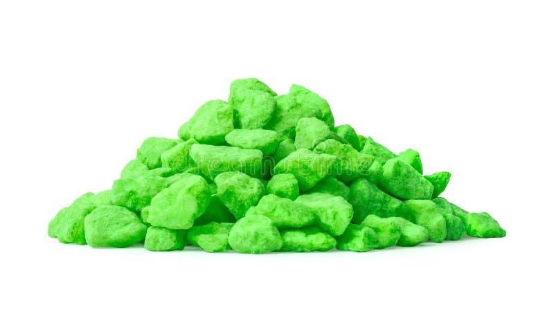 Hög av den gröna stenen som isoleras på vit bakgrund Färgstenar för garnering Snabb bana arkivfoton
