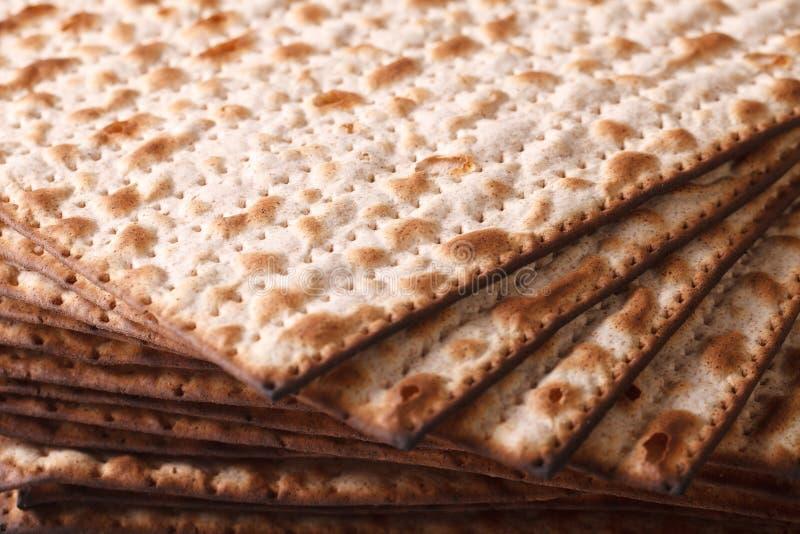 Hög av den judiska närbilden för Matza tunnbrödtextur som är horisontal royaltyfri bild