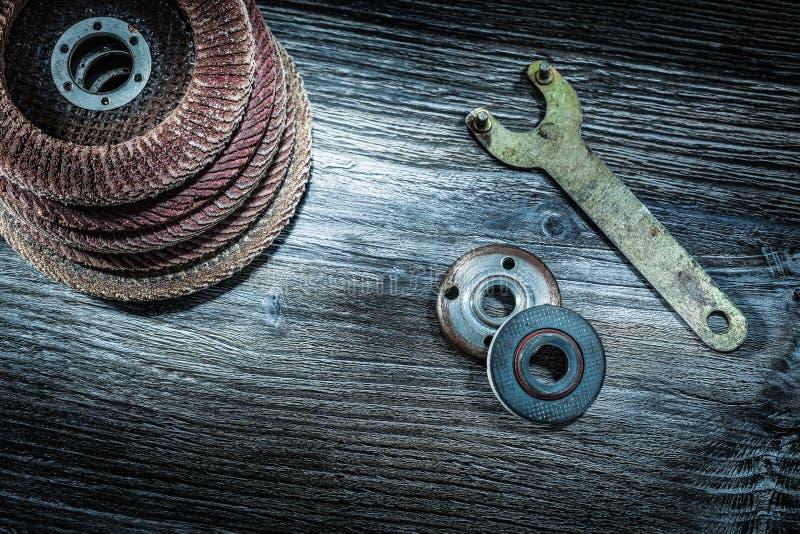 Hög av den roterande slipande disketttangenten på träbräde arkivbilder