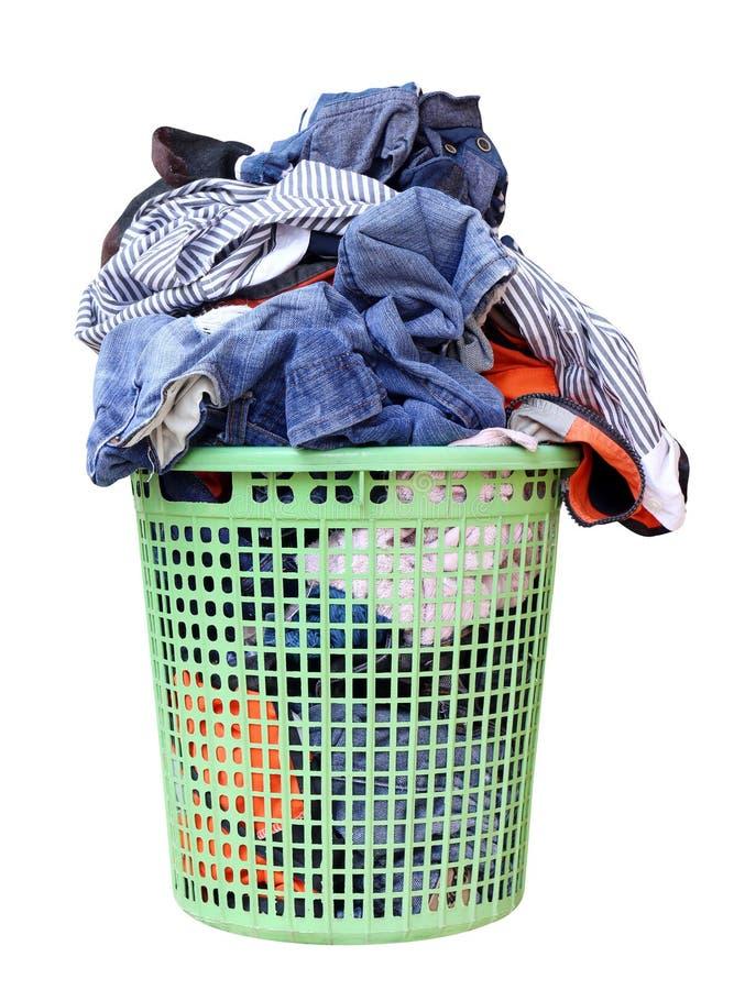 Hög av den smutsiga tvätterit i en tvagningkorg, tvättkorg med den färgrika handduken, korg med rengöringkläder, färgrik kläder royaltyfri bild